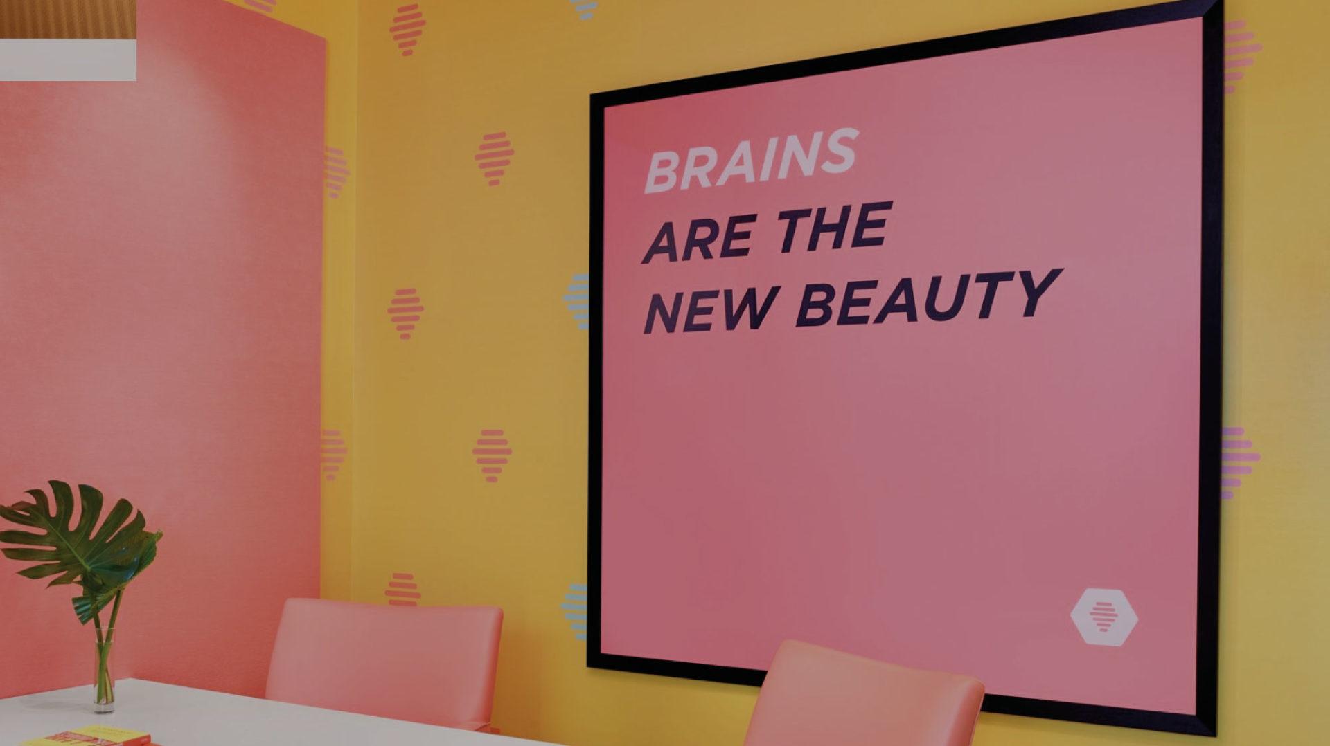 Kunstwerk, Farbe, Pflanzenwand: Wie gestaltet man Bürowände?